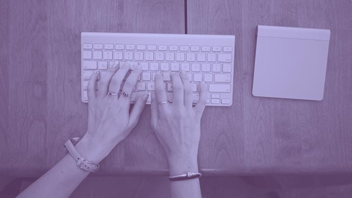 Manos en el teclado escribiendo un nuevo post del blog